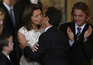 Sarkozy besa a su esposa, Cecilia, tras tomar posesión de su cargo. (Foto: REUTERS)