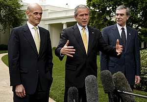Bush, junto a los secretarios de Comercio, Carlos Gutiérrez (dcha.) y Seguridad Nacional, Michael Chertoff, habla del acuerdo de inmigración. (Foto: EFE)