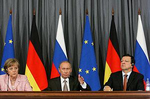 Angela Merkel, Vladimir Putin y Jose Manuel Barroso, en la rueda de prensa. (Foto: AFP)