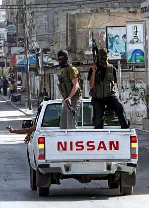 Miembros de seguridad palestinos de Al Fatah patrullan por las calles de Gaza. (Foto: EFE)
