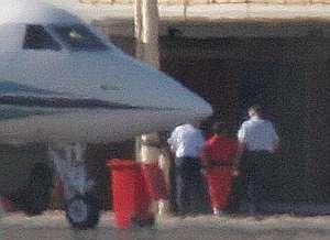 De rojo, es escoltado por la policía a su llegada. (Foto: EFE)