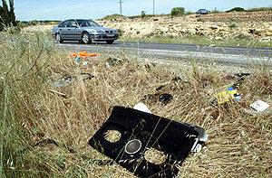 Resto de uno de los vehículos accidentados. (Foto: EFE)
