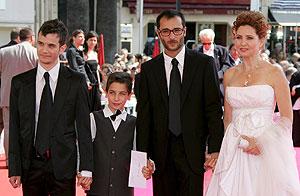 El director de cine francés Raphael Nadjari (2-d) posa con el reparto de su película 'Tehilim' Michael Moshonov (izq.), Yonathan Alster y Limor Goldstein. (Foto: EFE)