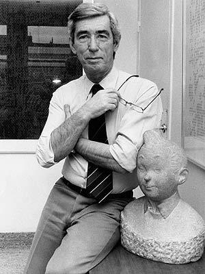 Hergé, en 1980, junto a un busto de su personaje más famoso. (Foto: EFE)