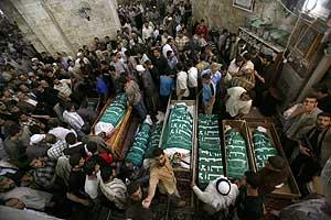 Funeral por los palestinos muertos el domingo en Gaza. (Foto: REUTERS)