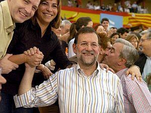 Rajoy saluda a los asistentes al mitin ofrecido en Zaragoza. (Foto: EFE)