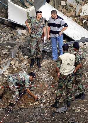 Soldados y policías libaneses inspeccionan los daños causados por una explosión. (Foto: EFE)