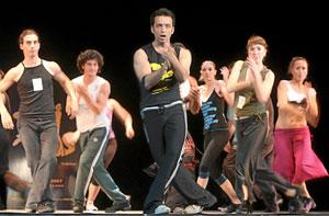 Los bailarines siguen los pasos del coreógrafo del musical. (Foto: ALBERTO CUÉLLAR)