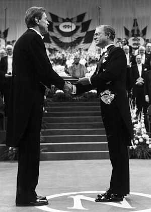De Gennes (izquierda), recibiendo el Premio Nobel en 1991. (Foto: AFP)