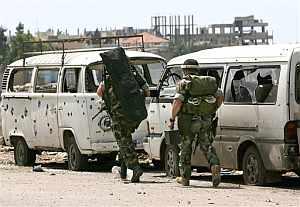 Soldados del ejército libanés pasan junto a unos vehículos dañados en los enfrentamientos. (Foto: AP)