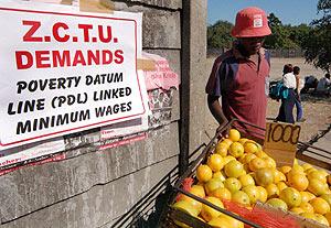 Un hombre vende naranjas durante una manifestación en Harare. (Foto: EFE)