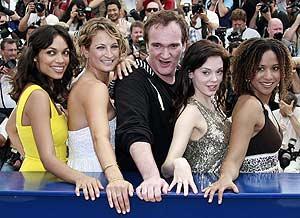 Quentin Tarantino posa con las actrices de 'Death Proof'. (Foto: REUTERS)