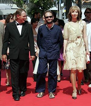 Carlos Reygadas, en el centro, con los actores Cornelio Wall y Maria Pankratz. (Foto: AFP)