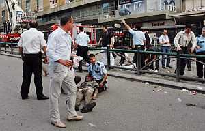 Un policía sostiene a un afectado por la explosión. (Foto: AFP)