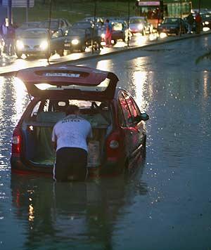 Dos vehículos atrapados en una balsa de agua entre Vía Lusitana y la Avenida de los Poblados. (Foto: Carlos Alba)