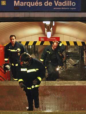 Varios bomberos salen de la estación Marqués de Vadillo, inundada por el agua. (Foto: Carlos Alba)