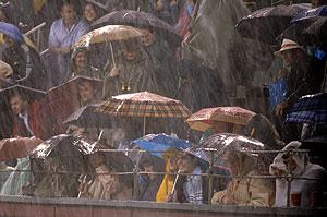 El público de Las Ventas se defiende frente a la tormenta. (Foto: EFE)