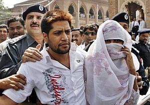 Policías paquistaníes conducen a la pareja a los juzgados de Lahore. (Foto: AFP)