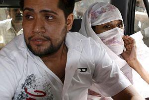 Shumail Raj y su esposa Shahzina Tariq llegan al tribunal de Lahore para ser juzgados. (Foto: EFE)