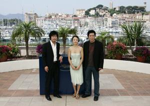 El director de 'Secret Sunshine' posa junto con los actores. (Foto: REUTERS)