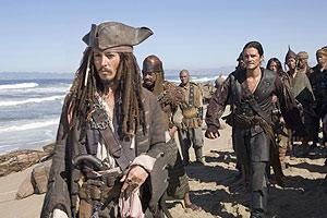 Sparrow (Johnny Depp) y Will Turner (Orlando Bloom), en una escena de la tercera parte.