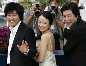 El director y los actores de 'Secret Sunshine'. (Foto: REUTERS)