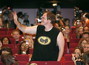 Tarantino saluda al auditorio durante una rueda de prensa en Cannes. (Foto: AP)