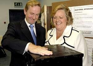 Enda Kenny vota con su esposa Fionnula en Castlebar. (Foto: EFE)