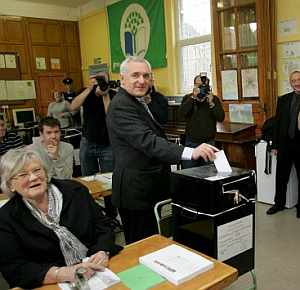 El primer ministro irlandés, Bertie Ahern, vota en Dublín. (Foto: EFE)