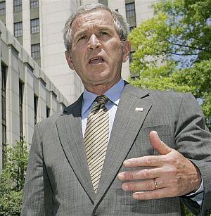 Bush habla con la prensa, el viernes, tras conocer la aprobación de la ley. (Foto: AP)