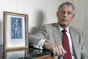 José Ramón Suárez del Otero y Velluti, junto a un retrato del antepasado al que los Reyes Católicos obsequiaron con la espada del Cid. (Foto: Diego Sinova)