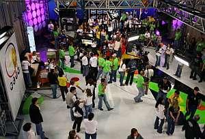 Los trabajadores de Radio Caracas Televisión, preparan el último día de emisión de la cadena. (Foto: AP)