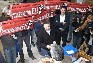 Imaz votó en San Sebastián entre el acoso de un grupo de personas con distintivos de ANV. (Foto: EFE)