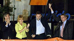 (De izda. a dcha.) Acebes, Aguirre, Rajoy y Ruiz-Gallardón, en el balcón del PP. (Foto: EFE)