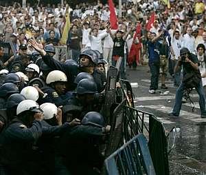 La policía forma una barrera para impedir el paso de los manifestantes. (Foto: AP)