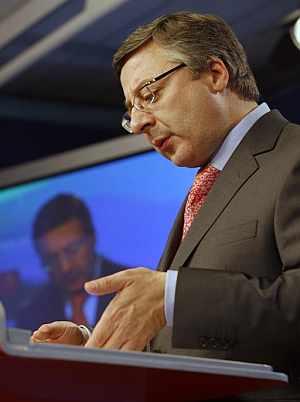 El secretario de Organización del PSOE, José Blanco, durante su comparecencia ante los medios. (Foto: EFE)