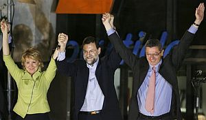 Esperanza Aguirre, Mariano Rajoy y Alberto Ruiz-Gallardón celebran los resultados electorales. (Foto: AP)