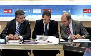 José Blanco, Rodríguez Zapatero y Manuel Chaves, durante la reunión de la Comisión Ejecutiva Federal del PSOE. (Foto: EFE)
