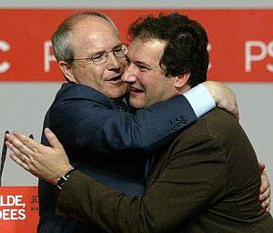 José Montilla felicita a Jordi Hereu, candidato socialista a la Alcaldía de Barcelona. (Foto: AFP)