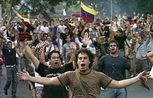 Estudiantes gritan durante la protesta en la Universidad de Carabobo. (Foto: EFE)