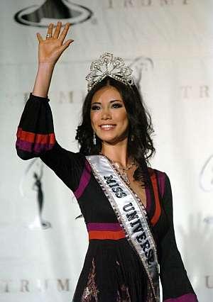 Riyo Mori, de Japón, posa para los fotógrafos con la corona de Miss Universo. (Foto: EFE)