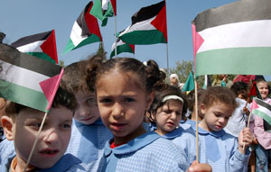 Niños palestinos del campamento Bourj al-Barajneh piden alto al fuego en Nahr el-Bared. (Foto: EFE)