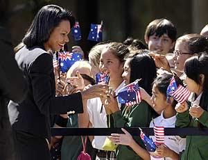 Rice saluda a unos niños durante la recepción del Ministro de Exteriores de Australia. (Foto: AP)