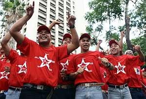Un grupo de estudiantes a favor de Chávez, se manifiesta en la Universidad Bolivariana. (Foto: AFP)