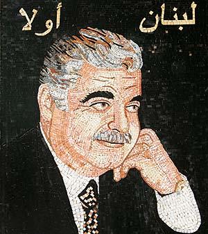 """Hariri, en un mosaico en Beirut con la inscripción en árabe """"El Líbano, primero"""". (Foto: AP)"""