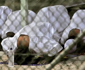 Un grupo de detenidos reza en la prisión. (Foto: AP)