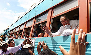 García Márquez saluda a sus paisanos desde el tren. (Foto: AFP)