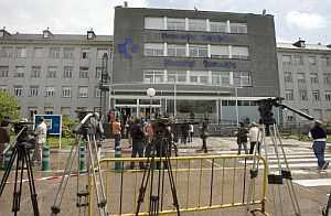 Medios de comunicación apostados frente al Hospital Donostia. (Foto: EFE)