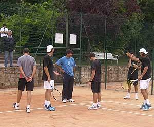 Discusión por una bola durante el entrenamiento.