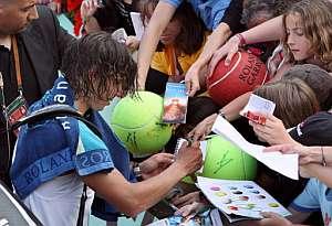 Nadal firma autógrafos después de su partido con Montañés. (Foto: AFP)